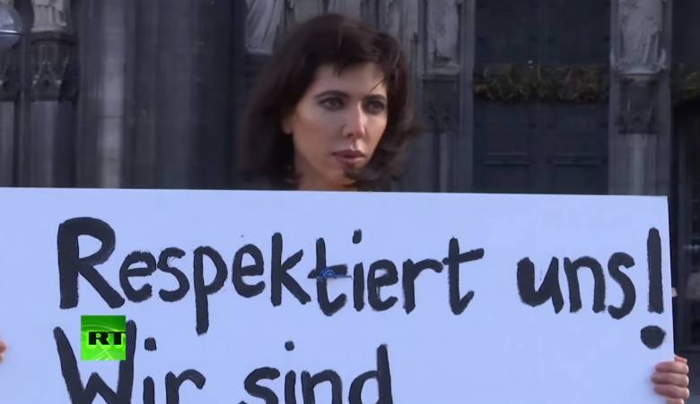 Γυμνή διαμαρτυρία της Μιλό Μουαρέ για τις σεξουαλικές επιθέσεις στην Κολωνία
