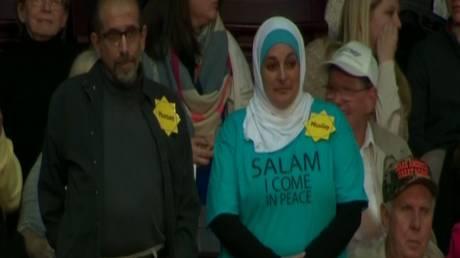 Έδιωξαν κακήν κακώς μουσουλμάνα από συγκέντρωση του Τραμπ – Δείτε την αντίδρασή της