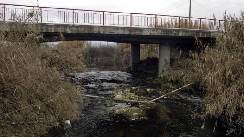 «Κόπηκε» στα δύο η γέφυρα του Πηνειού στη Καλαμπάκα