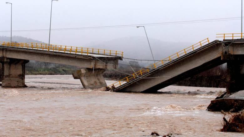 Βιβλική καταστροφή στα Τρίκαλα από την έντονη βροχόπτωση - Η γέφυρα κόπηκε στα δύο