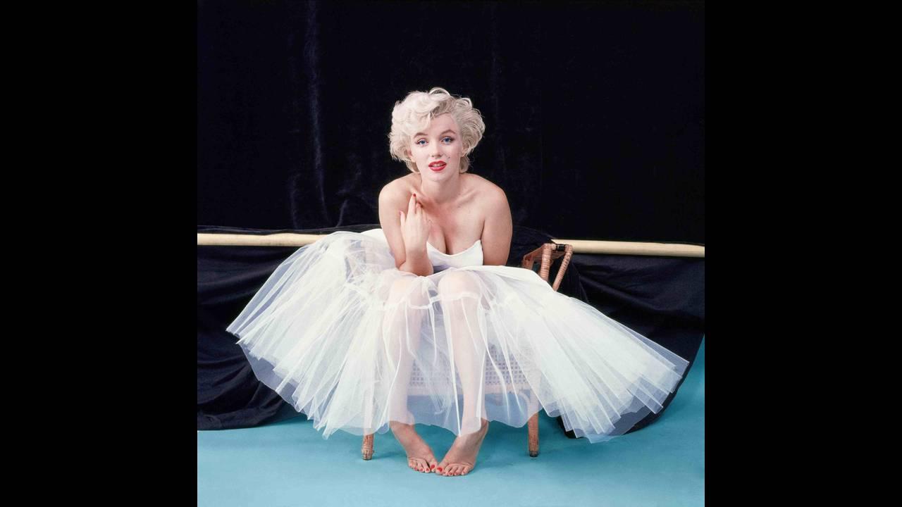 https://cdn.cnngreece.gr/media/news/2016/01/19/18989/photos/snapshot/as-ballerina-awaiting-her-cue-ny-1954-milton-h-greene-.jpg