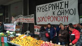 Διαμαρτυρία αγροτών-παραγωγών έξω από το υπουργείο Εργασίας