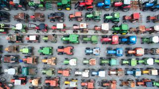 Φουντώνει το «τσουνάμι» της αντίδρασης των αγροτών - Μπλόκα σε όλη τη χώρα