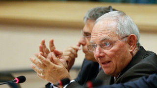WSJ: Grexit μέσω προσφυγικού καλοβλέπει μέσα στο 2016 ο Σόιμπλε