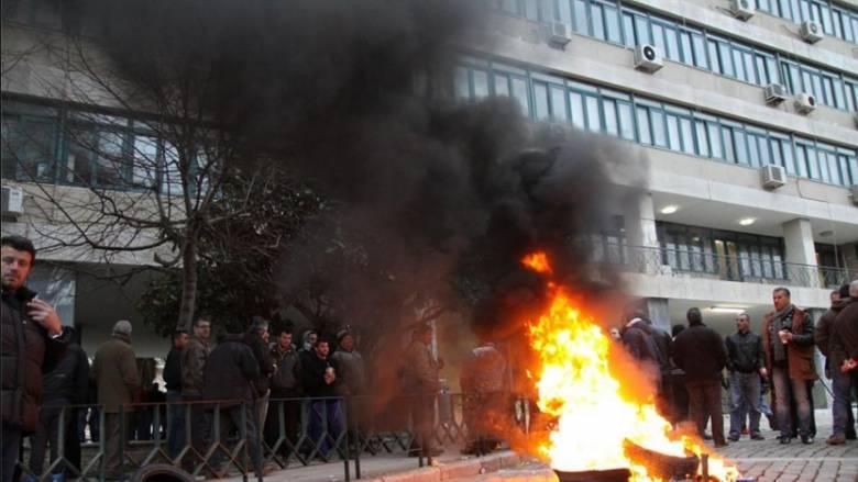 Koμοτηνή: Εγκλωβισμένος από τους αγρότες ήταν για 12 ώρες στο κτίριο της Περιφέρειας ο Β. Αποστόλου