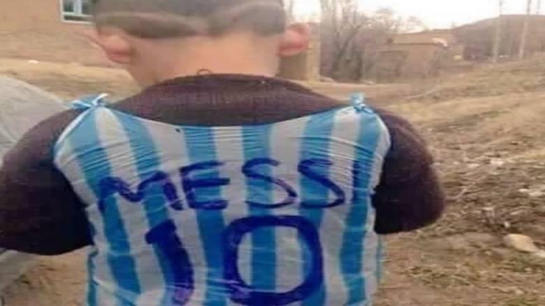 Η Κουρδική TV «ανακάλυψε» τον μικρό με την φανέλα του Μέσι φτιαγμένη από σακούλες σκουπιδιών