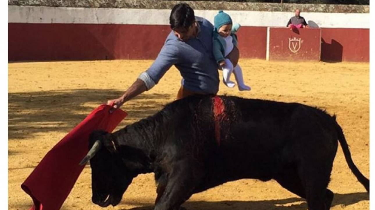 Ισπανία: Κατακραυγή για τον ταυρομάχο που αγωνιζόταν αγκαλιά με το παιδί του