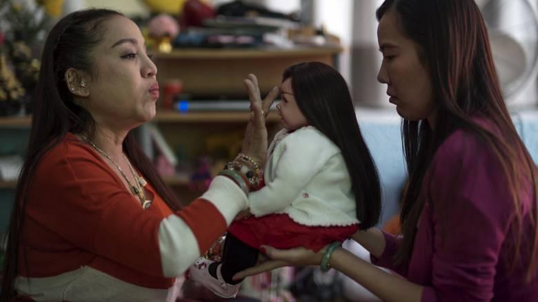 Ταϊλάνδη: Οι ζωντανές κούκλες που χρησιμοποιούνται ως γούρι