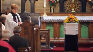Βίντεο με σκληρό πορνό «έπαιξε» από λάθος κατά τη διάρκεια κηδείας
