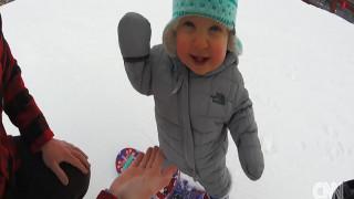 Μωρό 14 μηνών κάνει snowboarding και εντυπωσιάζει το Διαδίκτυο