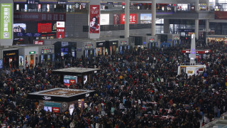 100.000 Κινέζοι ταξιδιώτες συνωστίζονται σε σιδηροδρομικό σταθμό