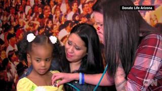 Μία μητέρα ακούει την καρδιά του νεκρού παιδιού της