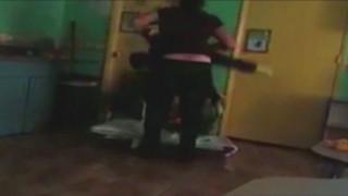 Κάμερα κατέγραψε διευθύντρια παιδικού σταθμού να βασανίζει 4χρονο