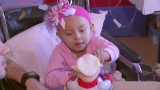Γιατρός που τραγουδά σε 4χρονη με λευχαιμία γίνεται viral