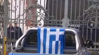 Αγρότης επιχείρησε να ρίξει την πύλη του υπουργείου Μακεδονίας με το αγροτικό του