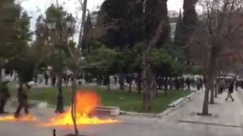 Απεργία 4 Φεβρουαρίου: Μολότοφ και δακρυγόνα στην πλατεία Συντάγματος
