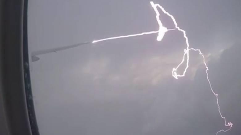 Βίντεο που κόβει την ανάσα: Κεραυνός χτυπά αεροσκάφος