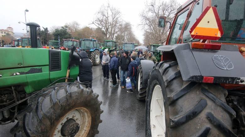 Μπλόκα αγροτών: Επ' αόριστον αποκλεισμοί δρόμων, χάος στα τελωνεία