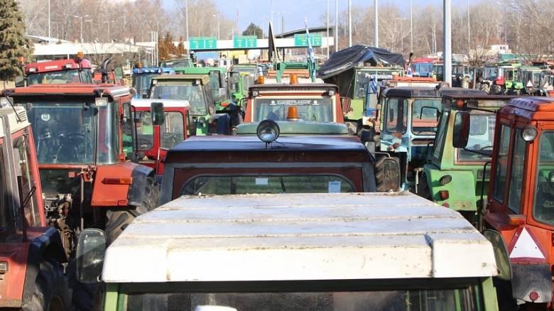 Μπλόκα αγροτών: Μεγαλώνουν τους αποκλεισμούς- Κλείνουν επ'αόριστον τα Τέμπη την Τρίτη