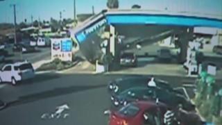 Στέγαστρο βενζινάδικου κατέρρευσε συνθλίβοντας αυτοκίνητα