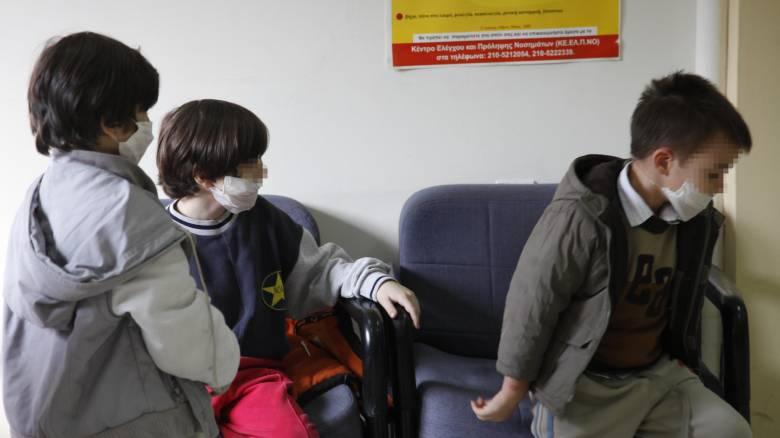 Σε καραντίνα οι μαθητές με γρίπη - Στους 60 οι νεκροί από την επιδημία