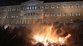 Αγρότες στο Σύνταγμα:  «Βούλιαξε» η πλατεία, ποιοι δρόμοι θα κλείσουν αύριο