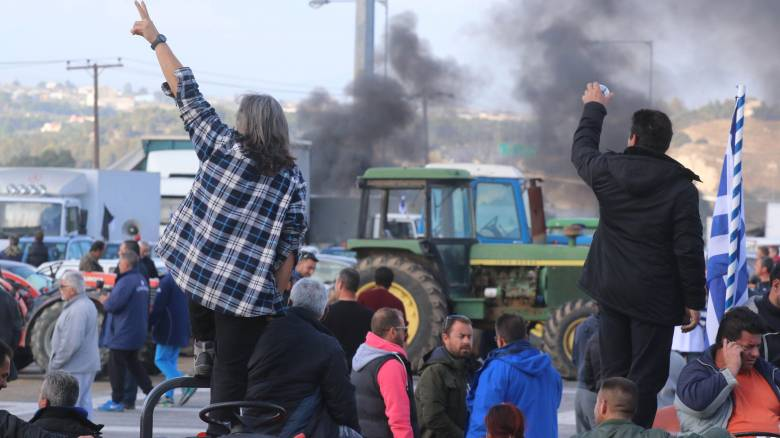Αγρότες: Εγκλωβισμένοι από τα μπλόκα βουλευτές του ΣΥΡΙΖΑ