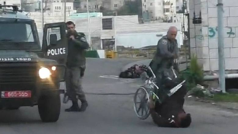 Νέο βίντεο αστυνομικής αυθαιρεσίας: Ισραηλινός πετά από αναπηρικό αμαξίδιο Παλαιστίνιο