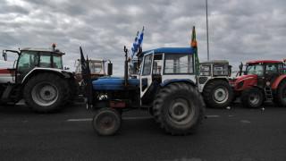 Αγρότες: Κόβουν την Ελλάδα σε τέσσερα σημεία