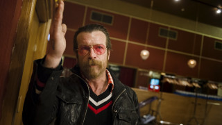 O τραγουδιστής των Eagles Of Death Metal θέλει να οπλοφορούμε όλοι μας