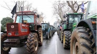 Αγροτικές κινητοποιήσεις: Μπλοκάρουν το εθνικό οδικό δίκτυο παρά τις διαφωνίες μεταξύ τους