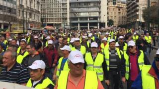 Συγκέντρωση και πορεία διαμαρτυρίας προς τη Βουλή από τους λιμενεργάτες (pics&vid)
