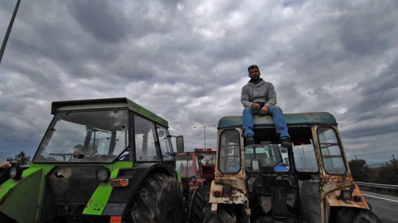 Αγρότες: Σφίγγουν τον κλοιό των μπλόκων
