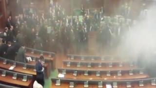 Δακρυγόνα και αντιασφυξιογόνες μάσκες στο κοινοβούλιο του Κοσόβου
