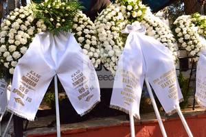 Κηδεία Παντελίδη: Αποχαιρετούν τον φίλο και συνεργάτη τους με στεφάνια