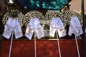Κηδεία Παντελίδη: Πλήθος από στεφάνια από φίλους και συνεργάτες του.