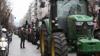 Μπλόκα αγροτών: Αμετακίνητοι στις θέσεις τους