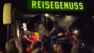 Κατέβασαν με τη βία από λεωφορείο πρόσφυγες περικυκλωμένους από ακροδεξιούς