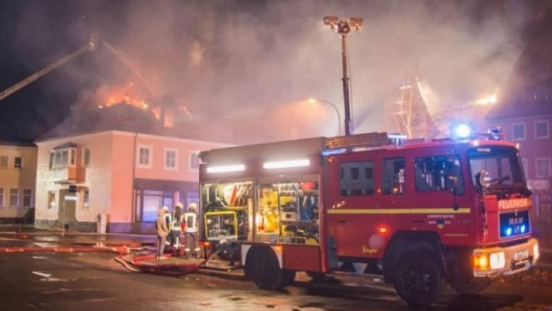 Πανηγυρισμοί και χειροκροτήματα για πυρκαγιά σε προσφυγικό κατάλυμα