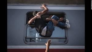 """""""Reporting Europe's Refugee Crisis"""" (Δείχνοντας την προσφυγική κρίση στην Ευρώπη) από τον Sergey Ponomarev. Μετανάστες στο Tovarnik της Ουγγαρίας επιχειρούν να μπουν στο τρένο που πηγαίνει στο Ζάγκρεμπ της Κροατίας στις 18 Σεπτεμβρίου."""