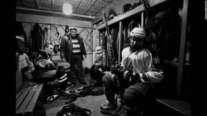 """Vetluga's Hockey"" από τον Vladimir Pesnya. Παίκτες της Vetluga HC, μιας ερασιτεχνικής ομάδας Χόκει στη πόλη Vetluga της Ρωσσίας, στα αποδυτήρια στις 19 Φεβρουαρίου. Ο Pesnya φωτογράφισε την ομάδα πριν, κατα τη διάρκεια και μετά απο έναν αγώνα για το τοπι"