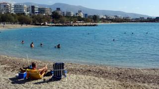 Άλιμος: Το πρώτο μπάνιο στη θάλασσα μόλις 8 χιλιόμετρα από την Αθήνα