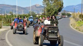 Αγρότες: Ενισχύουν τα μπλόκα, μπλοκάρουν τελωνεία κι αεροδρόμια