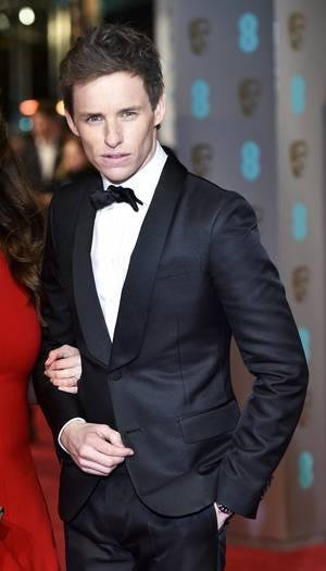 Ο Έντι Ρέντμειν στο κόκικινο χαλί των βραβείων BAFTA