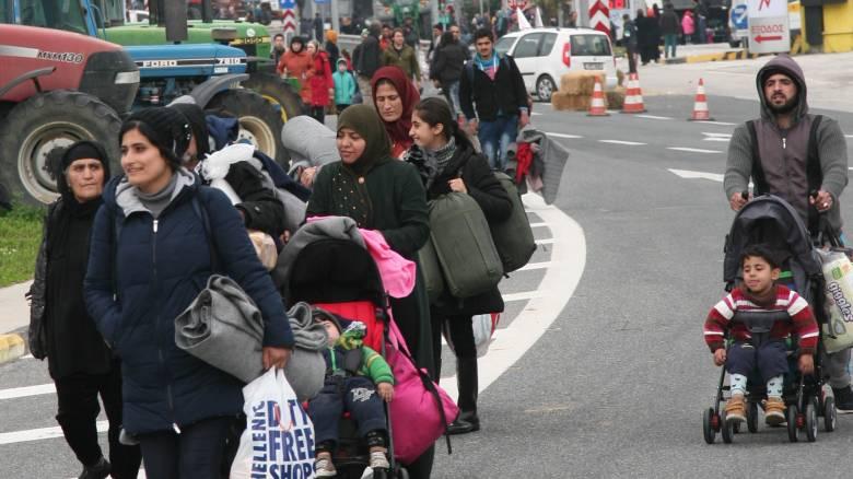 Πρόσφυγες επιχειρούν να περάσουν τα Τέμπη με τα πόδια