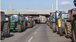 Μπλόκα αγροτών: Στα δύο οι αγρότες στον Προμαχώνα