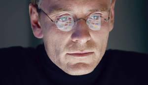Ο Μάικλ Φασμπέντερ σε στιγμιότυπο από την ταινία Steve Jobs