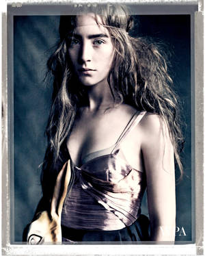 H Saoirse Ronan φωτογραφημένη από τον Paolo Roversi για το περιοδικό Vogue
