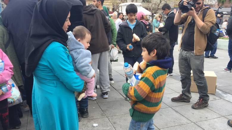 Συνωστισμός μεταναστών στην πλατεία Βικτωρίας