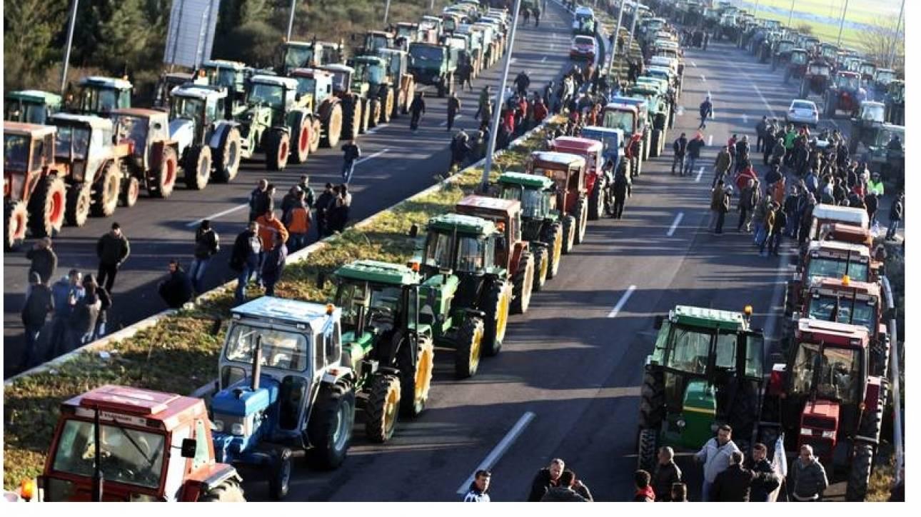 Μπλόκα αγροτών: «Αδειάζει» το Μαξίμου την Κουτζαμάνη